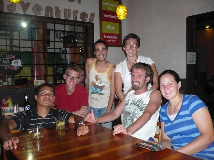 Reunión de la gente del hostal en Copán, Honduras