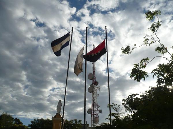 Bandera de Nicaragua y del FSLN (Frente Sandinista de Liberación Nacional)