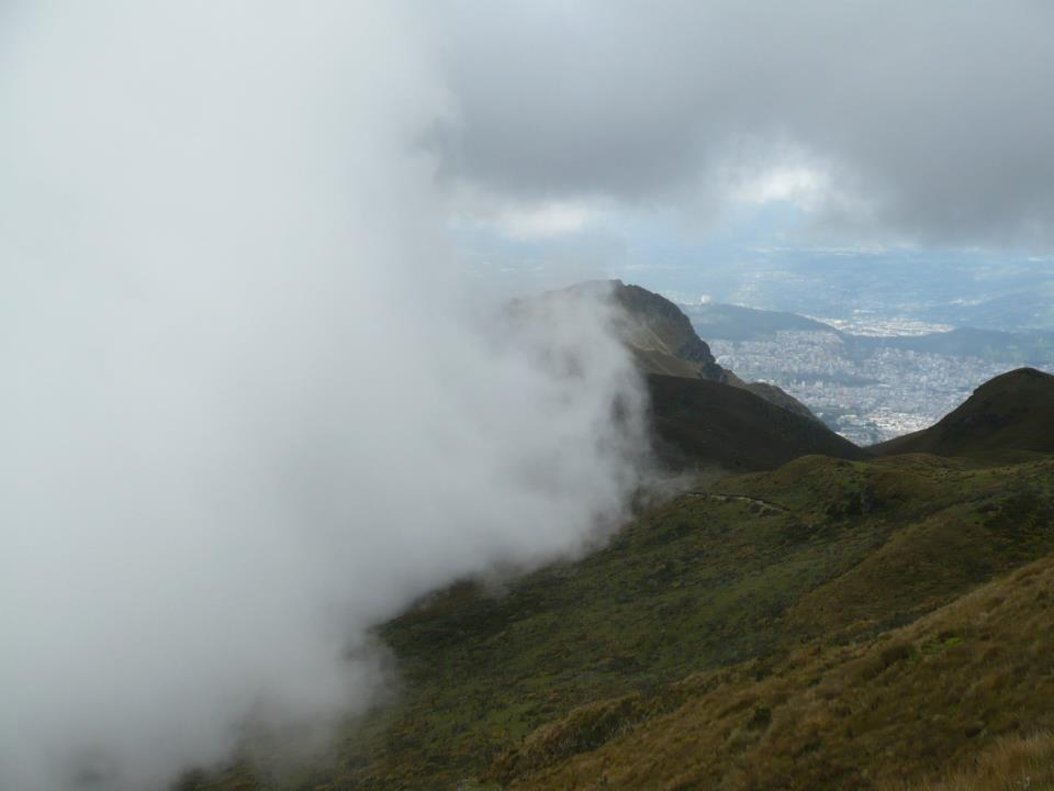 Nubes rodeando el Rucu Pichincha