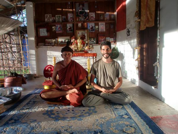 Con un monje en su pagoda, cerca de la frontera China, Laos