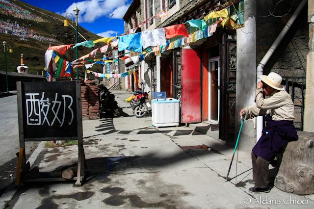 Calle principal de la localidad de Tagong