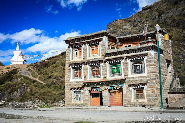 Construcción tibetana en la localidad de Tagong