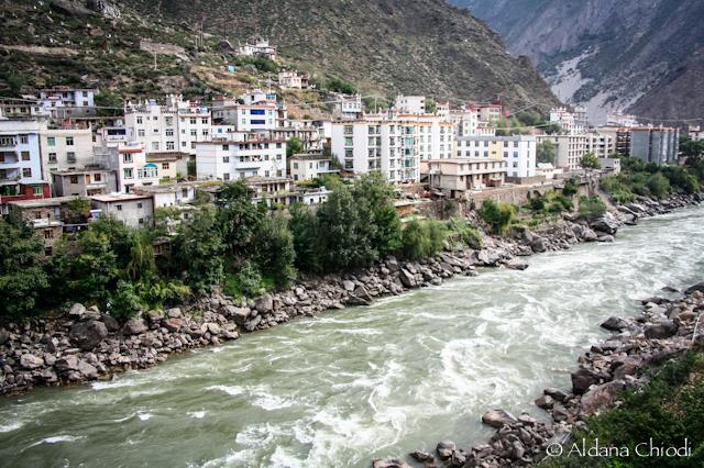 Vista de Danba desde una de las orillas del río