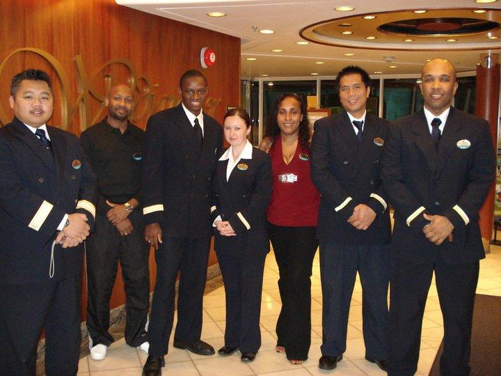 Personal de servicio al cliente del crucero