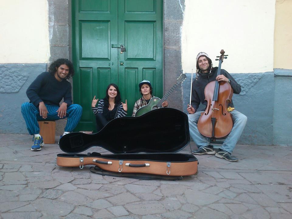 Gerson con su grupo de música en Perú