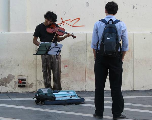 Músico tocando violín en la peatonal