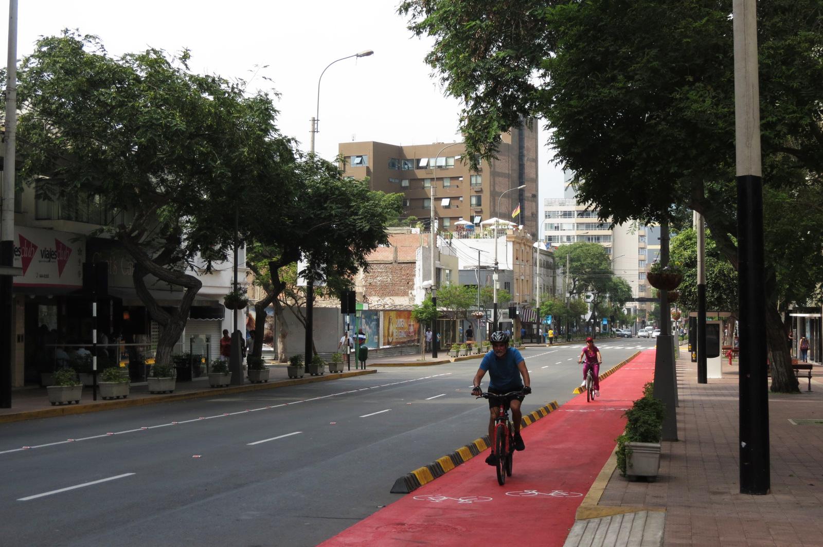 ciclovía en la avenida jose larco distrito de miraflores
