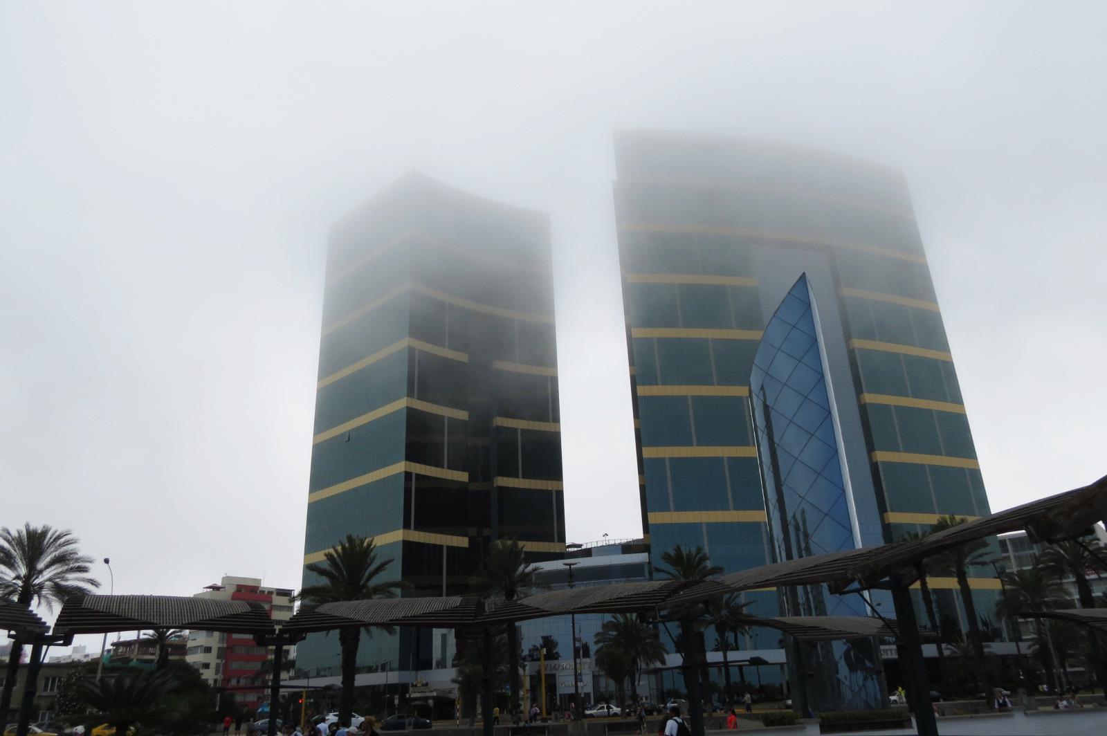 edificios cubiertos de niebla en miraflores