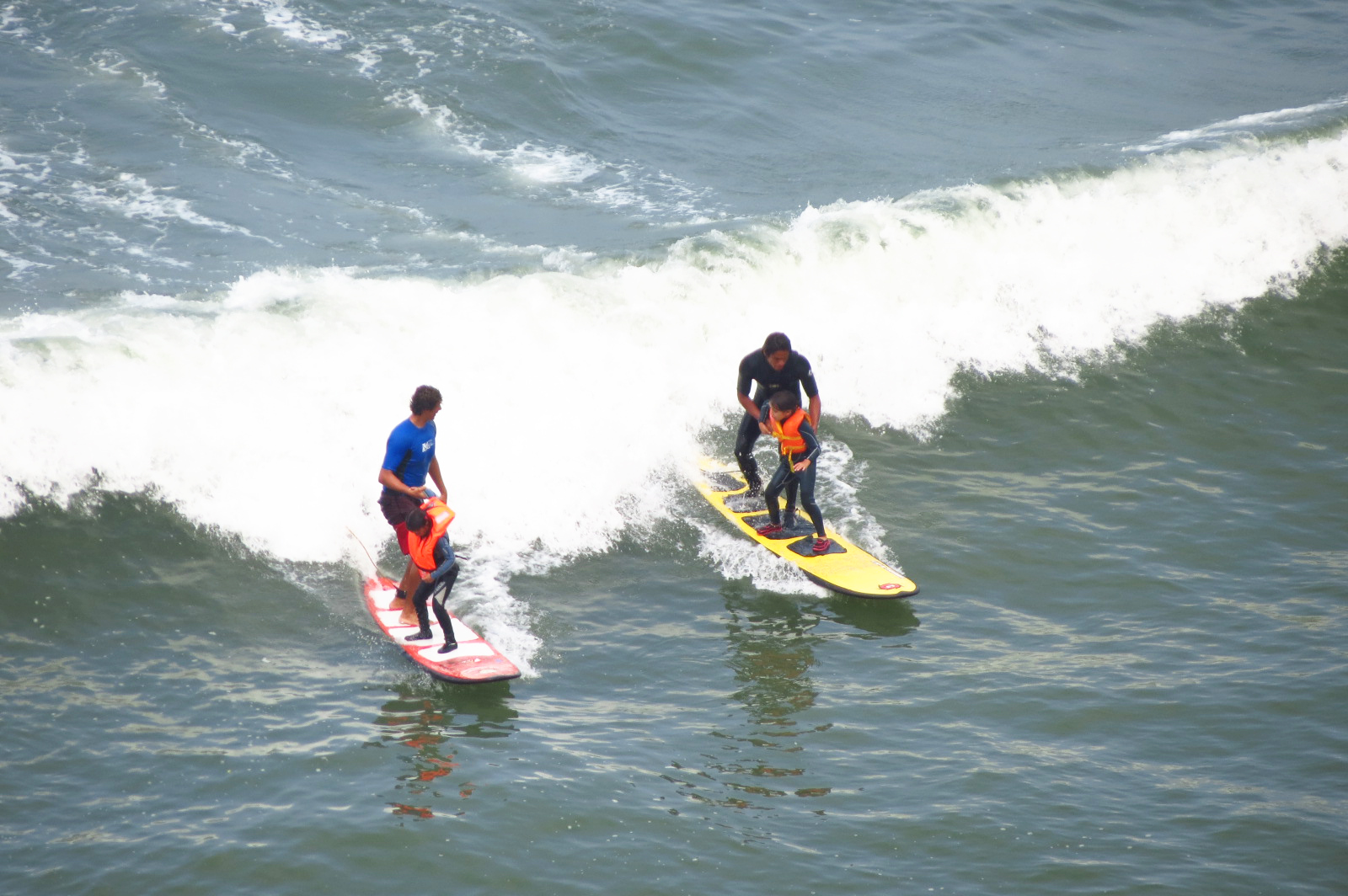 Surfistas en la playa de Lima