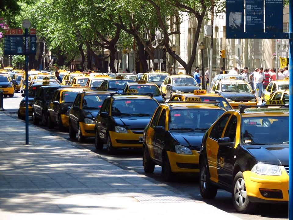Flota de taxis en Mendoza (Argentina) esperando a llevar pasajeros