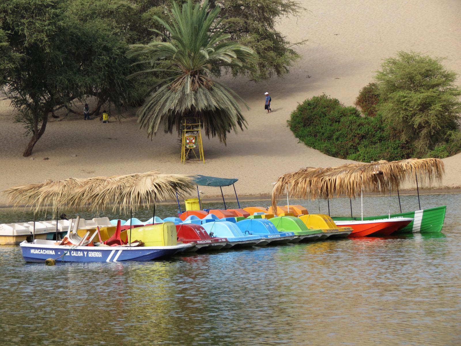 botes oasis huacachina
